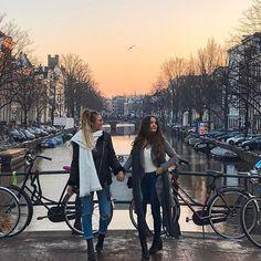 Een stad zegt ook wat over die succesvolle zakenvrouw, dus misschien gracht in amsterdam opzoeken voor de shoot? En dan productfoto's voor een wit simpel scherm