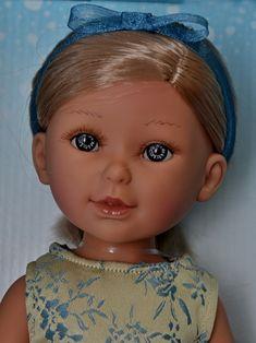 Realistická panenka Paulina v béžovo-modrých  šatech od firmy Vestida de Azul