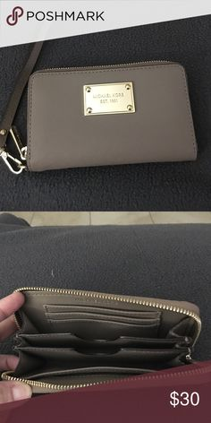Michael Kors wallet wristlet Like new. You can put a smart phone inside. It also has space por credit cards. Michael Kors Bags Clutches & Wristlets