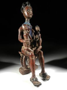 Ashanti Mother with 2 children sitting on a stool. Ghana. Wood, beads, pigment. 57cm. 2nd half 20th century. Collection PD.