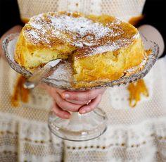 Venäläinen omenakakku Sarlotka on uskomattoman maukasta No Bake Desserts, Delicious Desserts, Yummy Food, Baking Recipes, Cake Recipes, Baking Ideas, Food Tasting, Pastry Cake, Yummy Cookies