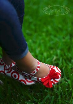 Adorable shoes made out of plastic bags! Must learn how to make shoes...