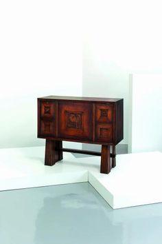 Lot : OSVALDO BORSANI (attrib. a) - Credenza anni '40. Legno, legno scolpito  - 93x112x41 [...]   Dans la vente Design - 2nd Part à Wannenes Art Auctions