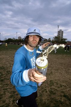 Liam Gallagher: il fan più affezionato al cappellino della Kangol Liam Gallagher Oasis, Noel Gallagher, Damon Albarn, Oasis Album, Oasis Music, Oasis Band, Britpop, Indie Music, Indie Kids