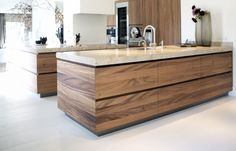 Topkwaliteit marmeren bladen Grillo Timber Kitchen, Barn Kitchen, Kitchen Room Design, Modern Kitchen Cabinets, Wooden Kitchen, Kitchen Cabinet Design, Modern Kitchen Design, Home Decor Kitchen, Kitchen Interior