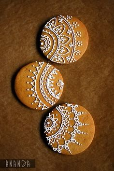 Henna designs on cookies! Xmas Cookies, Iced Cookies, Royal Icing Cookies, Cake Cookies, Sugar Cookies, Almond Cookies, Chocolate Cookies, Ginger Bread Cookies Recipe, Cookie Icing