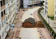 Imóveis permanecem em meio a obras e viram 'piada' na China http://glo.bo/1zGefcY #G1