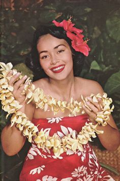Flower lei are a symbol of Aloha in Hawaii. Kitsch, Hawaiian People, Hawaiian Girls, Hawaiian Luau, Hawaii Flowers, Hawaii Outfits, Hawaii Style, Polynesian Culture, Polynesian Dance