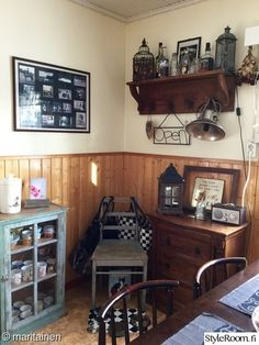 vanha vitriini,muumimuki,vanha tuoli,heinäseiväs,vanha hylly