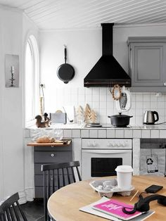 Floral wallpaper. Minty green cabinets. Sliding ladders. A multi-purpose bookshelf. Copper pipe utensil racks. These are just some of the clever, eye-catching kitchen design ideas we loved this year. Read on for more!