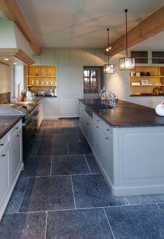 Keuken in landelijke sfeer met vloertegels van Belgisch hardsteen in verouderde bewerking