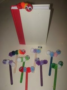 Make this 'Book Worm Bookmark Craft' to encourage student reading at independent time or at home ~ Need pom-poms, wiggly eyes, popsicle sticks, and glue. Crafts To Do, Kids Crafts, Craft Projects, Arts And Crafts, Worm Crafts, Bookmark Craft, Bookmarks Diy Kids, Classroom Crafts, Popsicle Sticks