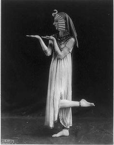 photo noir et blanc : Désirée Lubowska, danseuse des ballets russes, Cléopâtre, 1915