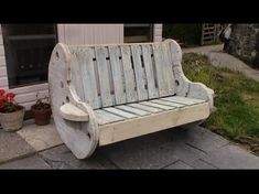 DIY Garden Bench Project - Pallet and Cable Reel Furniture. How to make a simple garden bench out of a empty cable reel and a couple of pallets for your garden. A cheap and simple pallet furniture project involving basic workshop tools that most of you Wooden Garden Furniture, Pallet Patio Furniture, Furniture Projects, Repurposed Furniture, Pallet Chairs, Pallet Sofa, Diy Projects, Woodworking Projects, Wood Patio