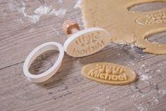 individueller Keksstempel mit Name oder Botschaft für Hobbybäcker. Gefertigt im 3D Druckverfahren mit Biokunststoff und 100 % biologisch abbaubar.Eine passende Ausstechform wird mitgeliefert.