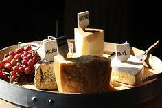 Sýrový talíř s ovocem. Gouda, kozí sýr, hermelín, bazalkový sýr, mozzarela, ementál, modřenín a uzený sýr. Jahody a hroznové víno bez pecek.