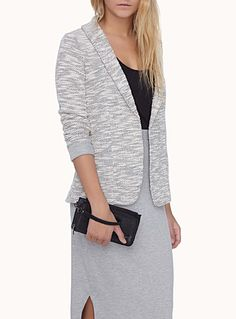 Pick up a suit jacket, blazer, denim jacket, bomber jacket, leather jacket. Trendy pieces every wardrobe needs! Discover our spring/summer selection for women. Tweed Jacket, Blazer Jacket, Leather Jacket, How To Roll Sleeves, Jackets For Women, Tunic Tops, Loose Fit, Blazers, Model