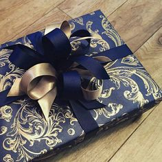 Creative Gift Wrapping, Present Wrapping, Wrapping Ideas, Creative Gifts, Pretty Packaging, Packaging Ideas, Welcome Home Gifts, Gift Wraping, Diy Gift Box