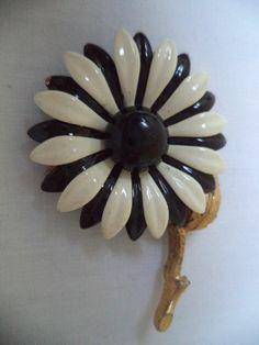 STUNNING VINTAGE ESTATE GOLD TONE BLACK WHITE ENAMEL FLOWER BROOCH! LOT 3300R