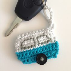 Crochet a caravan keychain Quick Crochet, Love Crochet, Crochet Gifts, Crochet Motif, Crochet Patterns, Crochet Keychain Pattern, Crochet Bookmarks, Crochet Hook Set, Crochet Accessories