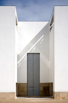 Igreja e Centro Paroquial - Marco de Canavezes, Portugal ÁLVARO SIZA Sacred Architecture, Architecture Board, Church Architecture, Modern Architecture, Alvar Aalto, Building Costs, Building Design, Portugal, Build Your House