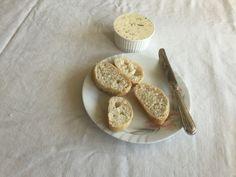 Voorgerecht 2 broodjes met eigen gemaakte kruidenboter.