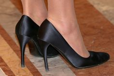 Kate Middleton, shoes. The perfect black heel and the perfect color stockings.