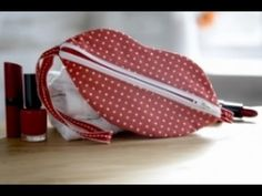 Free download and tutorial for Debbie Shore's lip zip purse