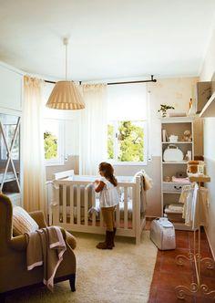 Al dormir, cambiarle el pañal, darle el pecho... ¡Un bebé depende por completo de ti! Por eso, su primera habitación debe estar pensada para que el recién nacido se sienta cómodo pero con todo al alcance de la mano para que cuidarlo sea más fácil.