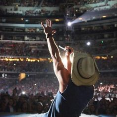 ♥ Kenny gives it all at his concerts for his fans. I have loved every single minute of the ones I've had the pleasure to be at. Best Country Singers, Country Music Artists, Country Music Stars, Kenny Chesney Lyrics, Kenney Chesney, No Shoes Nation, Real Country Girls, Cool Countries, Music Love