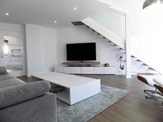 Salón contemporáneo Flat Screen, Stairs, Home Decor, Contemporary Style, Interior Design, Stairway, Flatscreen, Staircases, Ladders