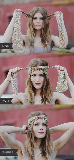 Chica mostrando un tutorial de como hacer un peinado con pañuelos