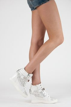 WHITE tenisky - SNAKE PRINT Vysoké tenisky pre ženy sú umiestnené na skrytom klinu päty. Horná zdobí hada motívom. Vybavený šnurovanie, suchý zips a zips na vnútornej strane. Polstrovaný hornej stabilizuje nohu v oblasti členku. https://www.cosmopolitus.com/biale-sneakersy-snake-print-ll02w-s279p-p-101084.html?language=sk&pID=101084 #sportove #klin #snurovacie #tenisky #modne #damske #topanky #clenkove #lacne #povysenie
