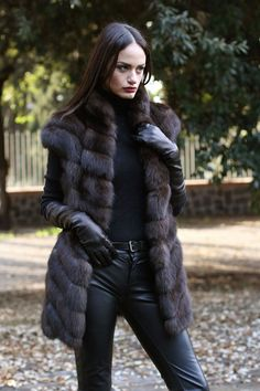 Sexy Russian spy scopes out her next victim wearing leather and fur. Fur Fashion, Leather Fashion, Look Fashion, Womens Fashion, Fur Gilet, Cute Coats, Fabulous Furs, Black Leather Gloves, Mode Boho
