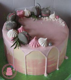 """268 gilla-markeringar, 1 kommentarer - @kakkutaikuri på Instagram: """"#birthdaycake #dripcake #candymelts #macarons #happybirthday #synttärikakku #valumakakku…"""""""
