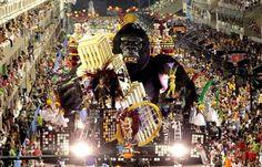 <p>Em 2011, o enormes carro alegórico que representava o King Kong no desfile do Salgueiro se atrasou para entrar na avenida, o que abriu um buraco na evolução e fizeram a escoa estourar em dez minutos o tempo máximo do desfile. (Divulgação/ RioTour) </p>