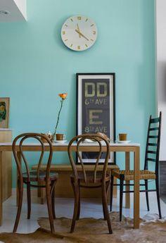 Un mur bleu et pourtant un coin repas doux et chaleureux (merci le bois, Mr Thonet et le tapis peau de vache)