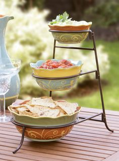 A festive and functional way to serve chips with salsa and guacamole. Outdoor Entertaining, Lorraine, Diy Projects To Try, Guacamole, Everyday Fashion, Festivals, Salsa, Dips, Snacks