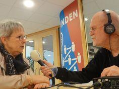 Verslaggever Aat Snaterse interviewt de Delftse wethouder Aletta Hekker voor Stadsradio Delft.
