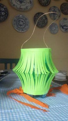 Lanterna di carta con foglio colorato e bottiglia di plastica
