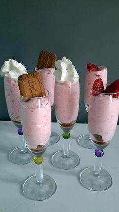 La meilleure recette de Mousse de fraises! L'essayer, c'est l'adopter! 5.0/5 (2 votes), 4 Commentaires. Ingrédients: 250 gr de fraises 60 gr de sucre 1 sachet de sucre vanillé 1 blanc d'œuf quelques spéculoos pour le croquant Mousse Dessert, Creme Dessert, Cold Desserts, Summer Desserts, Strawberry Mousse, Thermomix Desserts, Food Gallery, Vegan Ice Cream, Sweet Recipes