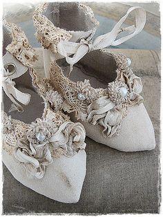 How adorable! Embellished bridal shoes full of vintage charm!