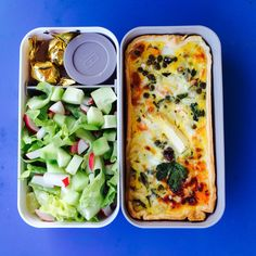 Tarte bento- Frühlingsgemüse-Kräuter-Tarte, Salat mit Gurken und Radieschen und Pralinen in Monbento-Box
