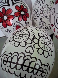 Skulls with white balloons and thick sharpie.  Would be a fun middle school project. Halloween 2017, Halloween Balloons, Halloween Mantel, Holidays Halloween, Halloween Crafts, Halloween Party, Halloween Decorations, Muertos En Mexico, Mexican Party