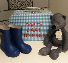 Mooi kraamcadeau voor Mats, eigen koffertje gevuld met fijne rubberlaarsjes van CeLaVi en de stoere denim beer van Happy Horse. Verkrijgbaar via www.stoerkids.nl. #kraamcadeau #happyhorse #kinderkoffer #regenlaarsjes #webshop #stoerkids.