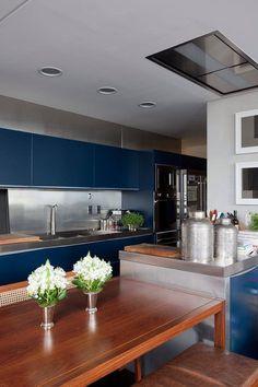 Une cuisine Bleu océan et Acajou mâte et Inox  www.justBstore.fr