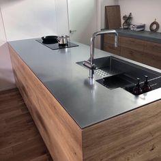 「シンプルの中に上質さを」夫婦で拘り抜いたおうちづくり。_______n.t.kさんのご自宅を探索!(前編) | ムクリ[mukuri] Chalet Modern, Modern Rustic Homes, Mid-century Modern, Kitchen Cabinet Design, Kitchen Interior, Coffee Room, Stainless Kitchen, Japanese Kitchen, Concrete Kitchen
