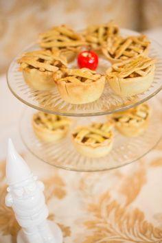 Snow white theme, mini apple pies Snow White Wedding, Mini Apple Pies, Bridal Shower, Drinks, Food, Baby, Ideas, Shower Party, Drinking
