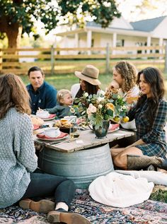 A Farm Thanksgiving Inspiration Shoot Rustic tablescape for Thanksgiving Cat Wedding, Dinner With Friends, Event Organiser, Outdoor Entertaining, Outdoor Parties, Outdoor Events, Slow Living, Party Entertainment, Outdoor Dining