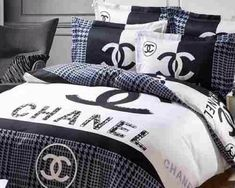 Black and white Chanel bedding set! Chanel Bedding, Chanel Bedroom, White Bedroom Decor, Bedroom Themes, Bed Linen Design, Bed Design, Luxury Duvet Covers, Luxury Bedding, Draps Design